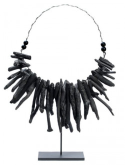 Collier The Black Driftwood sur pied